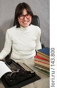 Женщина со старой печатной машинкой. Стоковое фото, фотограф Коваль Василий / Фотобанк Лори