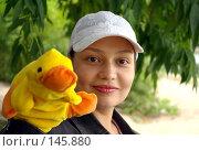 Купить «Девушка с игрушечным утенком», фото № 145880, снято 8 июля 2007 г. (c) Дмитрий Тарасов / Фотобанк Лори