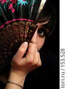 Купить «Девушка с веером в руке на черном фоне», фото № 153528, снято 4 мая 2007 г. (c) Александр Паррус / Фотобанк Лори