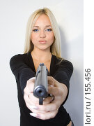Купить «Девушка и пистолет», фото № 155456, снято 4 ноября 2007 г. (c) Евгений Батраков / Фотобанк Лори