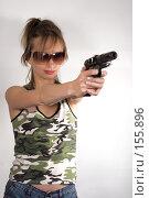 Купить «Девушка стреляет», фото № 155896, снято 15 июля 2007 г. (c) Ольга Сапегина / Фотобанк Лори