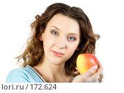 Купить «Девушка, держащая яблоко», фото № 172624, снято 23 декабря 2007 г. (c) Вадим Пономаренко / Фотобанк Лори