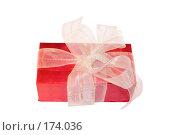 Купить «Красная подарочная коробка, украшенная белой лентой, на белом фоне», фото № 174036, снято 15 августа 2018 г. (c) yelena demyanyuk / Фотобанк Лори