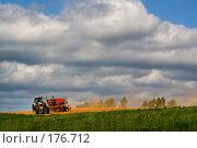 Купить «Сев на глинистом поле», фото № 176712, снято 22 апреля 2018 г. (c) Aleksander Kaasik / Фотобанк Лори