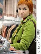 Купить «Девушка в магазине одежды», фото № 176888, снято 13 октября 2007 г. (c) Наталья Белотелова / Фотобанк Лори