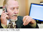 Купить «Пожилой человек говорит по телефону на рабочем месте в офисе перед компьютером», фото № 178328, снято 16 января 2008 г. (c) Олег Селезнев / Фотобанк Лори
