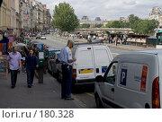 Купить «Полицейский Парижа записывает нарушителя», фото № 180328, снято 18 июня 2007 г. (c) Юрий Синицын / Фотобанк Лори