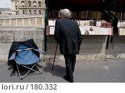 Купить «Коллекционер у лавки букиниста в Париже», фото № 180332, снято 18 июня 2007 г. (c) Юрий Синицын / Фотобанк Лори