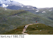 Купить «Люди бегут по горной дороге в Норвегии», фото № 180732, снято 28 августа 2007 г. (c) Наталья Белотелова / Фотобанк Лори