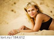 Улыбающаяся девушка на пляже. Стоковое фото, фотограф Олег Селезнев / Фотобанк Лори