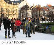 Купить «Датчане и туристы катаются на катке посреди Копенгагена», фото № 185484, снято 30 декабря 2007 г. (c) Георгий Ильин / Фотобанк Лори
