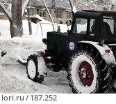 Купить «Трактор очищает двор от снега», фото № 187252, снято 27 января 2008 г. (c) Светлана Кириллова / Фотобанк Лори
