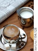 Купить «Чашка черного кофе с кусочками сахара, сливками и кексом», фото № 194128, снято 18 ноября 2007 г. (c) Александр Паррус / Фотобанк Лори