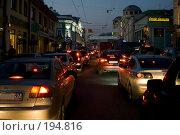 Купить «Плотный поток транспорта в городе вечером», фото № 194816, снято 25 сентября 2007 г. (c) Юрий Синицын / Фотобанк Лори