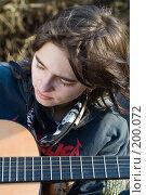 Купить «Девушка с гитарой на привале в турпоходе», фото № 200072, снято 6 февраля 2008 г. (c) Федор Королевский / Фотобанк Лори
