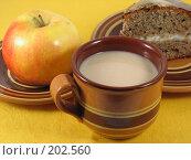 Купить «Натюрморт в народном стиле. Чай с молоком, яблоко и домашний пирог с кремом.», фото № 202560, снято 14 февраля 2008 г. (c) Kribli-Krabli / Фотобанк Лори