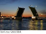 Купить «Санкт-Петербург. Вид на Неву, Дворцовый мост в белые ночи», фото № 203564, снято 10 июня 2005 г. (c) Александр Секретарев / Фотобанк Лори