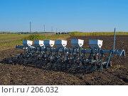 Купить «Сеялка на вспаханном поле», фото № 206032, снято 7 сентября 2004 г. (c) Иван Сазыкин / Фотобанк Лори