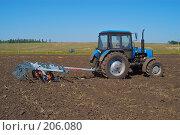 Купить «Трактор с культиватором на вспаханном поле», фото № 206080, снято 7 сентября 2004 г. (c) Иван Сазыкин / Фотобанк Лори