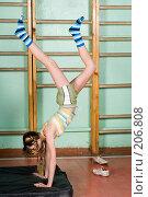 Купить «Школьница в спортзале делает стойку на руках», фото № 206808, снято 10 февраля 2008 г. (c) Федор Королевский / Фотобанк Лори