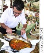 Купить «Повар, подающий рыбу в кафе на Гран-Канарии», фото № 207072, снято 27 марта 2007 г. (c) Алёна Фомина / Фотобанк Лори