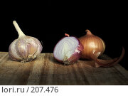 Купить «Лук и чеснок на темном фоне», фото № 207476, снято 10 января 2007 г. (c) Николай Федорин / Фотобанк Лори