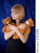 Купить «Девушка играет с игрушечными медведями», фото № 210656, снято 25 февраля 2008 г. (c) Арестов Андрей Павлович / Фотобанк Лори
