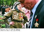 Женщина-ветеран танцует в парке в День Победы. Редакционное фото, фотограф Евгений Труфанов / Фотобанк Лори