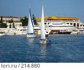Две яхты в городском порту черного моря (2007 год). Редакционное фото, фотограф Олег Чумак / Фотобанк Лори
