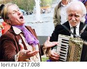 Ветераны поют под гармонь в День победы. Редакционное фото, фотограф Евгений Труфанов / Фотобанк Лори