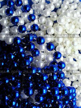 Купить «Синие и белые бусы», фото № 218368, снято 16 января 2018 г. (c) ElenArt / Фотобанк Лори