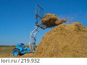 Купить «Стогоукладчик за работой», фото № 219932, снято 7 сентября 2004 г. (c) Иван Сазыкин / Фотобанк Лори
