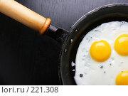 Купить «Жаренные на сковородке яйца», фото № 221308, снято 25 апреля 2019 г. (c) Роман Сигаев / Фотобанк Лори