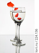 Купить «Два бокала с сердцами», фото № 224136, снято 13 декабря 2017 г. (c) Михаил Котов / Фотобанк Лори