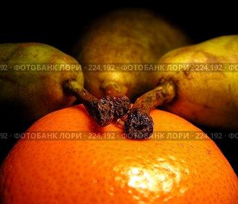 Купить «Три спелые груши и мандарин на черном фоне», эксклюзивное фото № 224192, снято 18 февраля 2008 г. (c) lana1501 / Фотобанк Лори