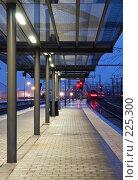 Купить «Поезд покидает станцию», фото № 225300, снято 28 февраля 2008 г. (c) Михаил Лавренов / Фотобанк Лори