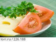 Купить «Свежая зелень, помидоры и сыр», фото № 226188, снято 17 октября 2007 г. (c) Ольга Красавина / Фотобанк Лори