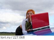 Купить «Девушка работает за ноутбуком на капоте автомобиля», фото № 227068, снято 9 сентября 2007 г. (c) Наталья Белотелова / Фотобанк Лори