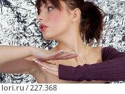 Купить «Портрет брюнетки на фоне фольги», фото № 227368, снято 5 мая 2007 г. (c) Goruppa / Фотобанк Лори