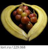 Купить «Половинки банана с виноградом на черном фоне», эксклюзивное фото № 229068, снято 21 марта 2008 г. (c) lana1501 / Фотобанк Лори