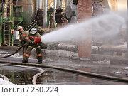 Купить «Пожарные льют воду из пожарного шланга», фото № 230224, снято 20 марта 2008 г. (c) Евгений Батраков / Фотобанк Лори