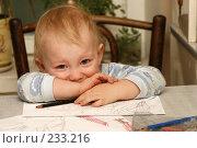 Купить «Ребенок с рисунками», фото № 233216, снято 16 марта 2008 г. (c) Юля Тюмкая / Фотобанк Лори