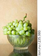 Купить «Натюрморт с виноградом», фото № 235980, снято 22 января 2018 г. (c) Роман Сигаев / Фотобанк Лори