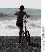 Купить «Мальчик с велосипедом на фоне штормящего моря», фото № 236824, снято 30 августа 2006 г. (c) Виктор Филиппович Погонцев / Фотобанк Лори