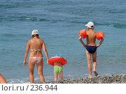 Купить «Семья заходит в море. Абхазия, Черное море.», фото № 236944, снято 25 августа 2006 г. (c) Виктор Филиппович Погонцев / Фотобанк Лори