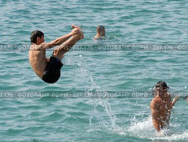 Купить «Дети ныряют в воду. Черное море. Абхазия», фото № 237176, снято 27 августа 2006 г. (c) Виктор Филиппович Погонцев / Фотобанк Лори