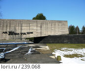 Купить «Латвия. Саласпилс. Мемориал. Надпись - За этими воротами стонет земля», фото № 239068, снято 29 марта 2008 г. (c) maruta bekina / Фотобанк Лори