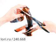 Купить «Руки с ножницами, перерезающие негативную фотоплёнку», фото № 240668, снято 31 марта 2008 г. (c) Баевский Дмитрий / Фотобанк Лори