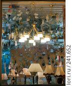 Купить «Витрина магазина люстр. Lamps shop window», фото № 241652, снято 17 октября 2019 г. (c) Дмитрий Ощепков / Фотобанк Лори
