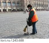Купить «Дворник подметает Красную площадь», эксклюзивное фото № 243688, снято 4 апреля 2008 г. (c) lana1501 / Фотобанк Лори